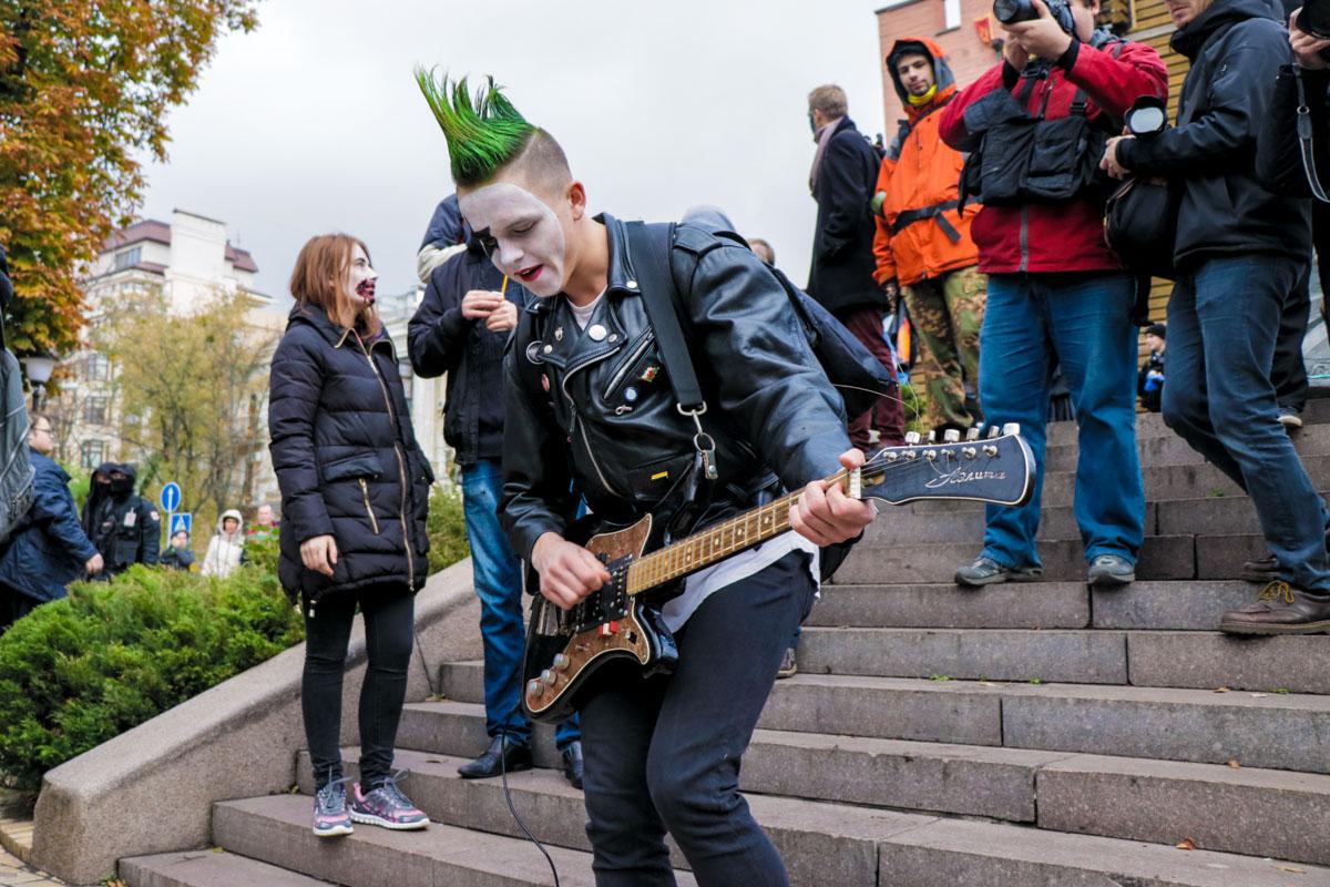 Парень в образе панк-рокера
