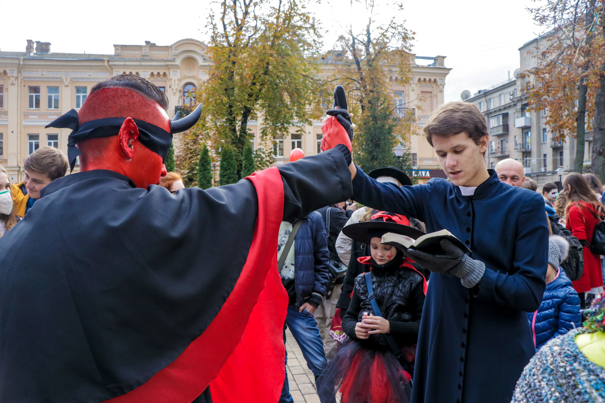 На зомби-параде разыграли борьбу между священником и дьяволом