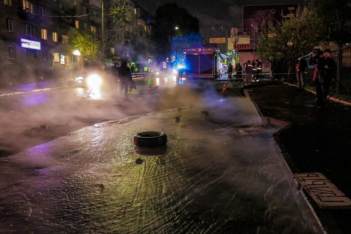 Фото очевидцев аварии: из-за прорыва на проезжей части уже образовалась большая яма