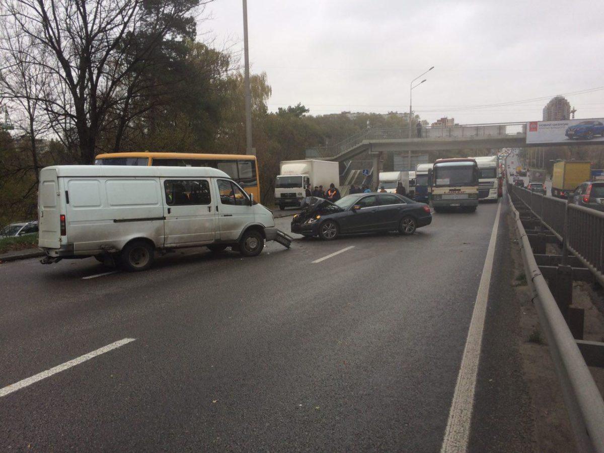 На проспекте Победы на выезде из Киева образовалась пробка
