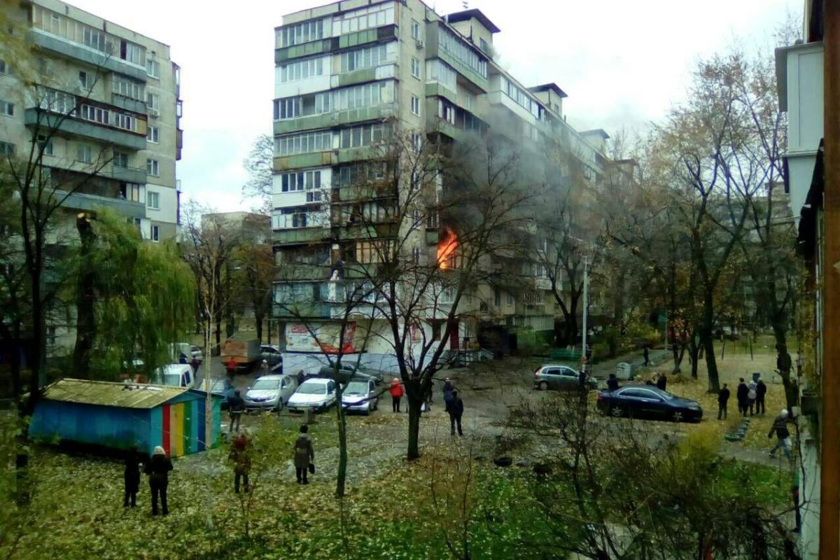 Огонь на третьем этаже переполошил соседей. Фото: соцсети