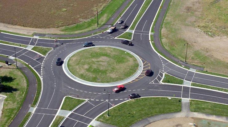 Теперь приоритет у машин, двигающихся по кругу