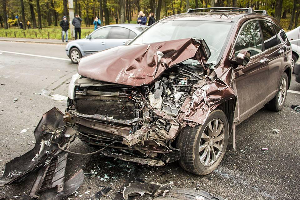 Водитель не успел затормозить перед остановившемся в его ряду автомобилем. После удара машину развернуло поперек дороги