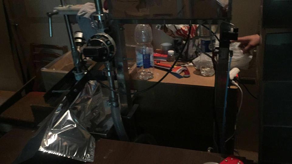 На складском помещении алкоголь разливался по бутылкам при помощи подручных средств