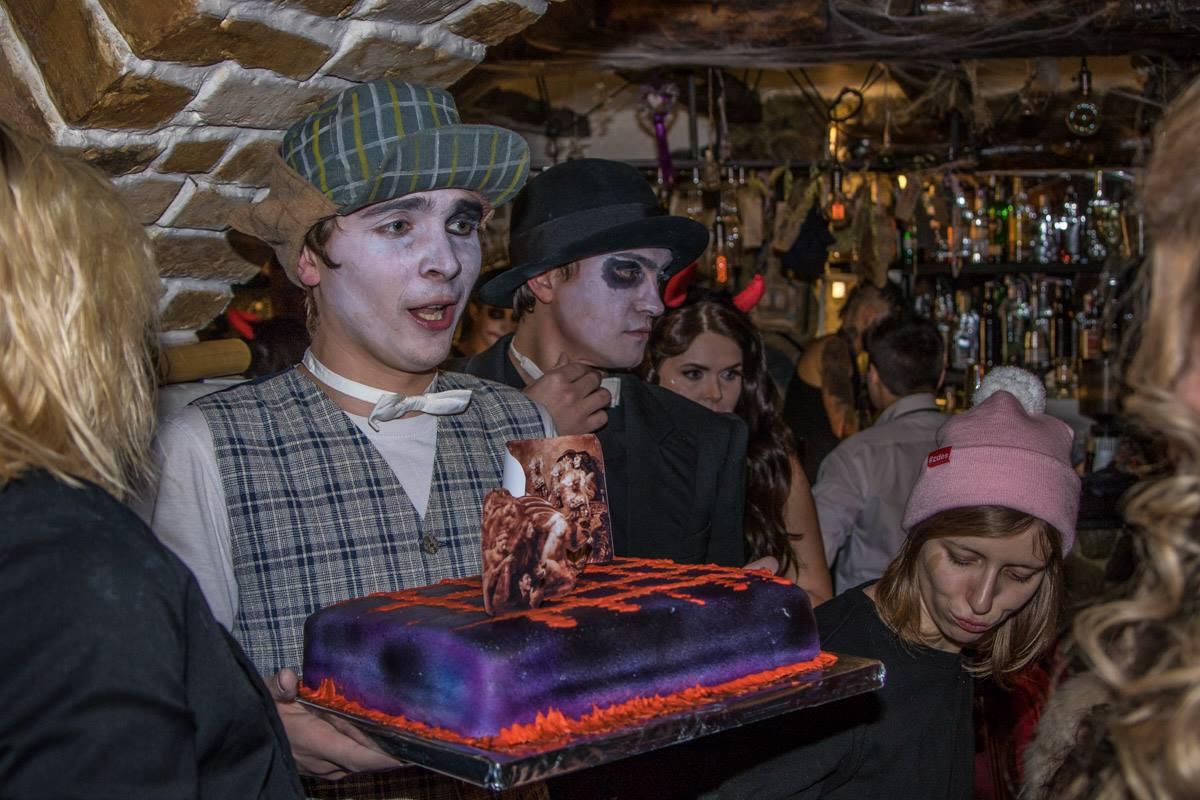 Всех гостей угостили ритуальным тортом