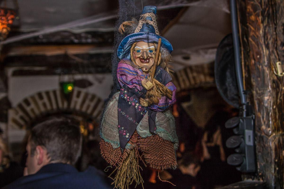 В ведьма-баре - ведьм было много. И игрушечных, и настоящих