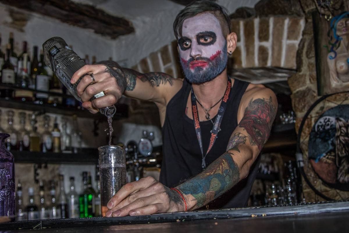 Особенным гостям бармены наливали ритуальные коктейли