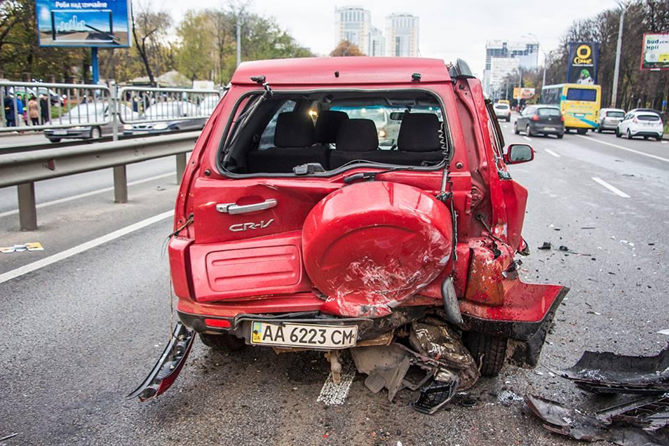 Водитель красного Honda остановился в левом ряду, так как из под капота пошел пар
