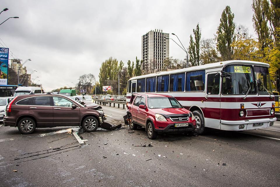 Автобусу было сложно проехать между разбитым автомобилем и отбойником