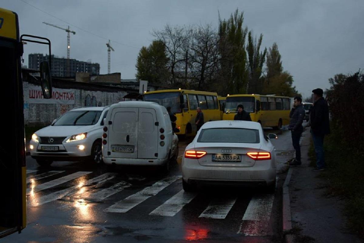 Столкнулись машины марок Audi, Lexus и Daewoo Lanos