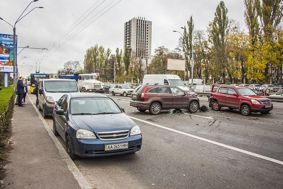 Припаркованные автомобили мешали объехать участников ДТП