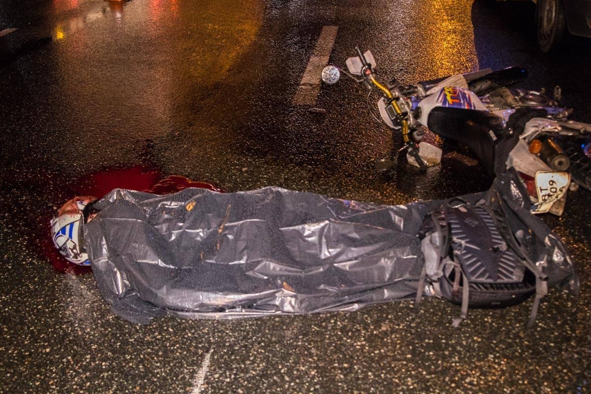Мгновенная смерть. ВКиеве мотоциклист попал под колеса самосвала