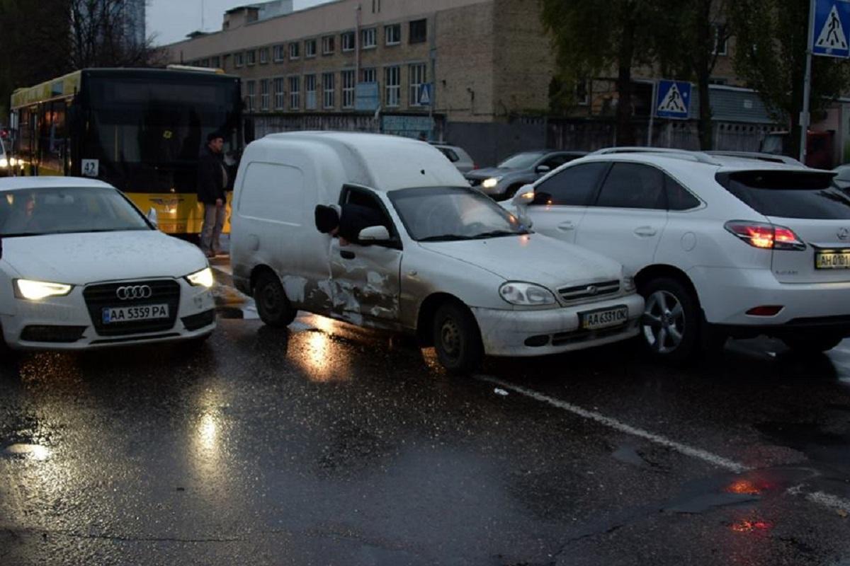 По улице Сверстюка столкнулись три машины