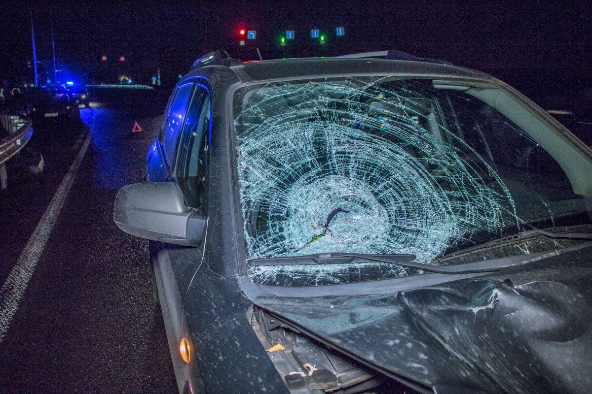 Левая часть автомобиля серьезно повреждена