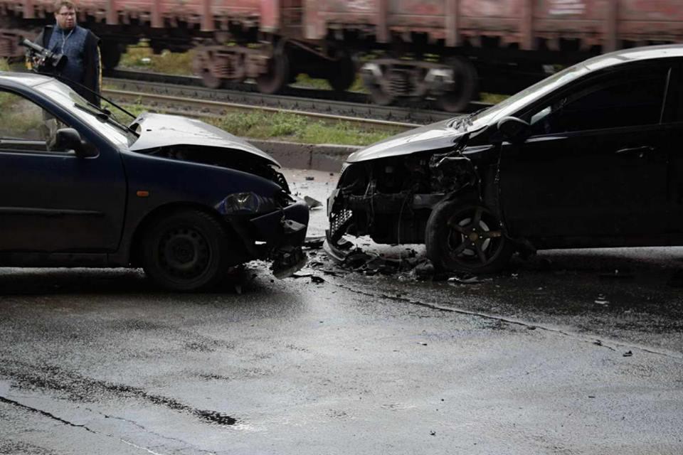 От удара обе машины очень помялись