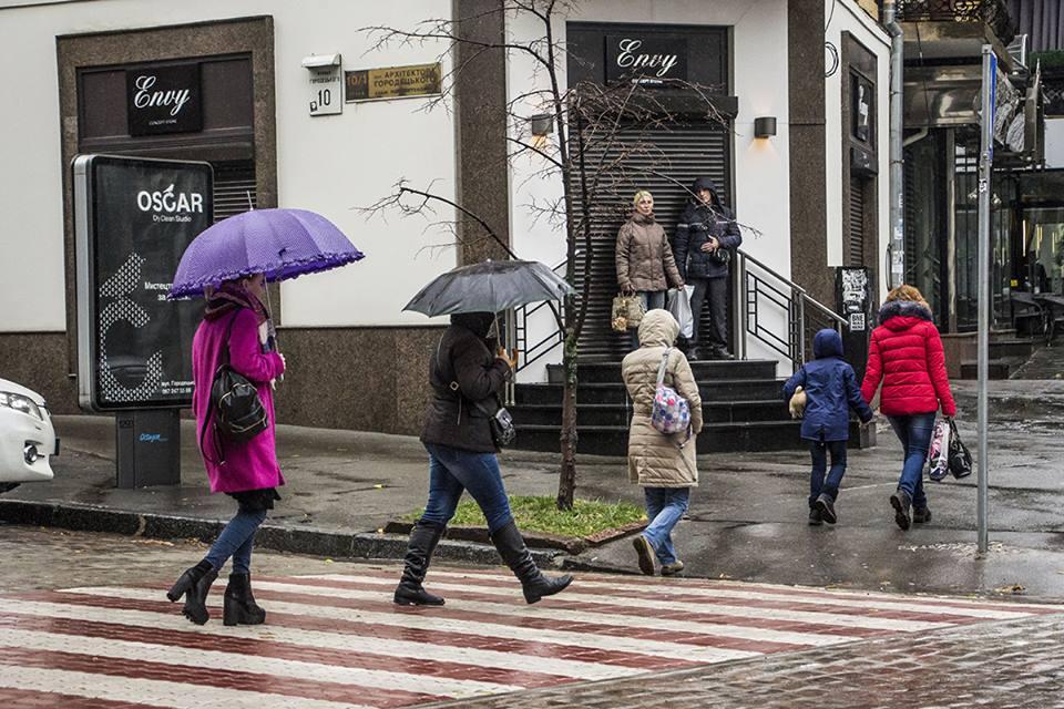 На улице Академика Городецкого киевляне уже пересекают улицу по красно-белому переходу