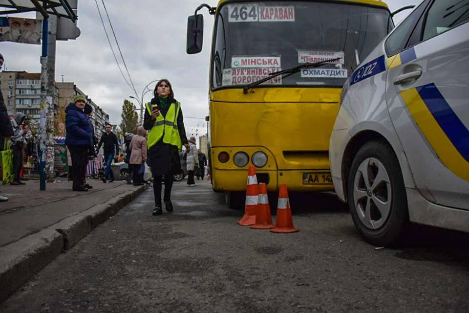 По словам очевидцев, пассажиры троллейбуса попали под колеса маршрутки когда бежали на пересадку