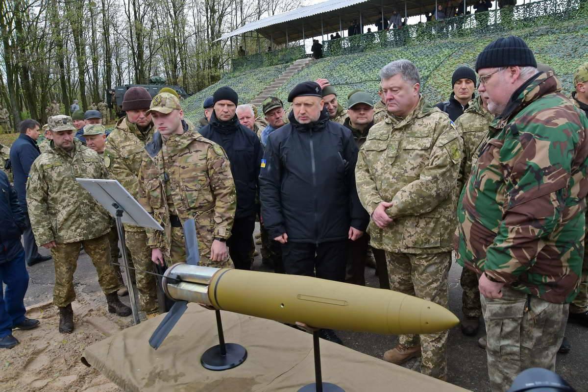 Порошенко и солдаты ВСУ почтили минутой молчания память погибших