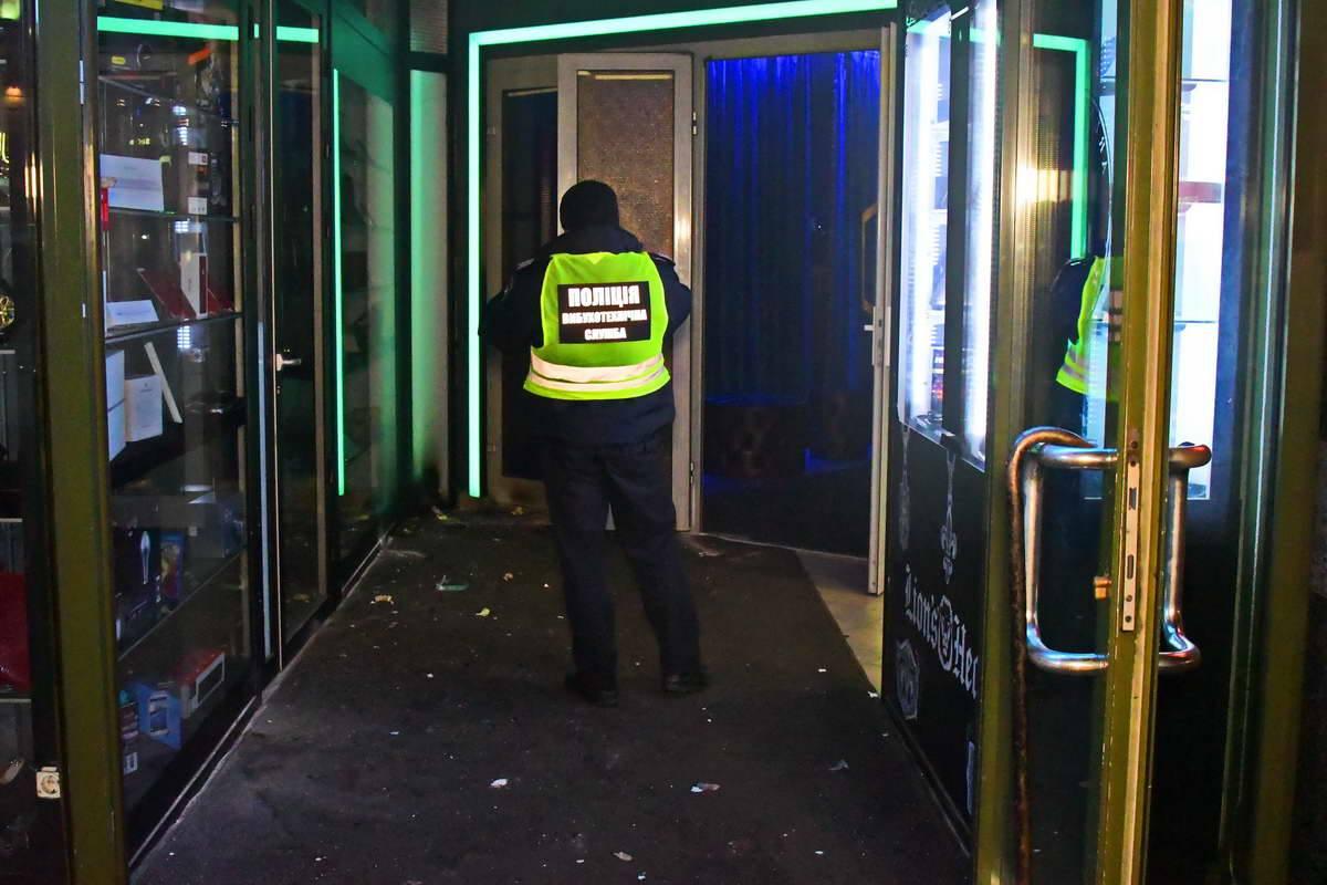Один из взрывпакетов прилетел внутрь здания
