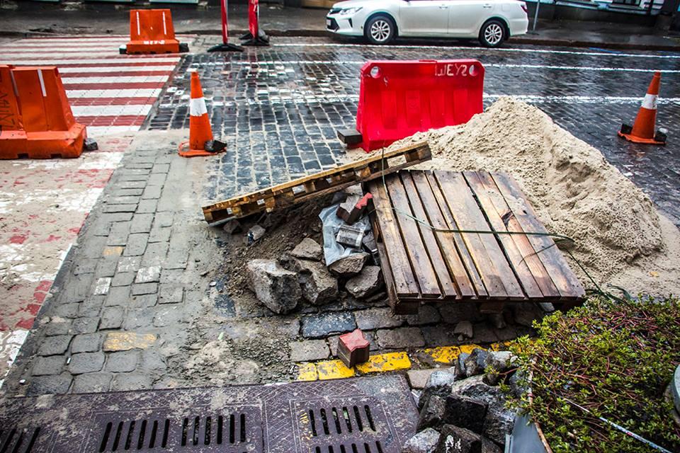 На улице Прорезной устанавливают новый переход