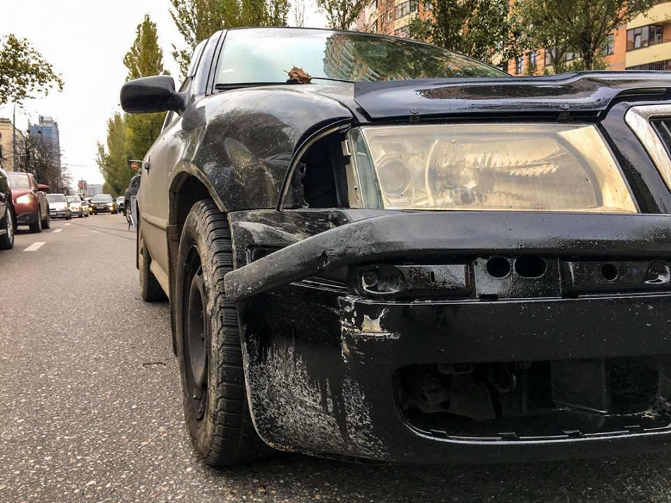 У автомобиля Skoda менее значительные повреждения - фара и бампер