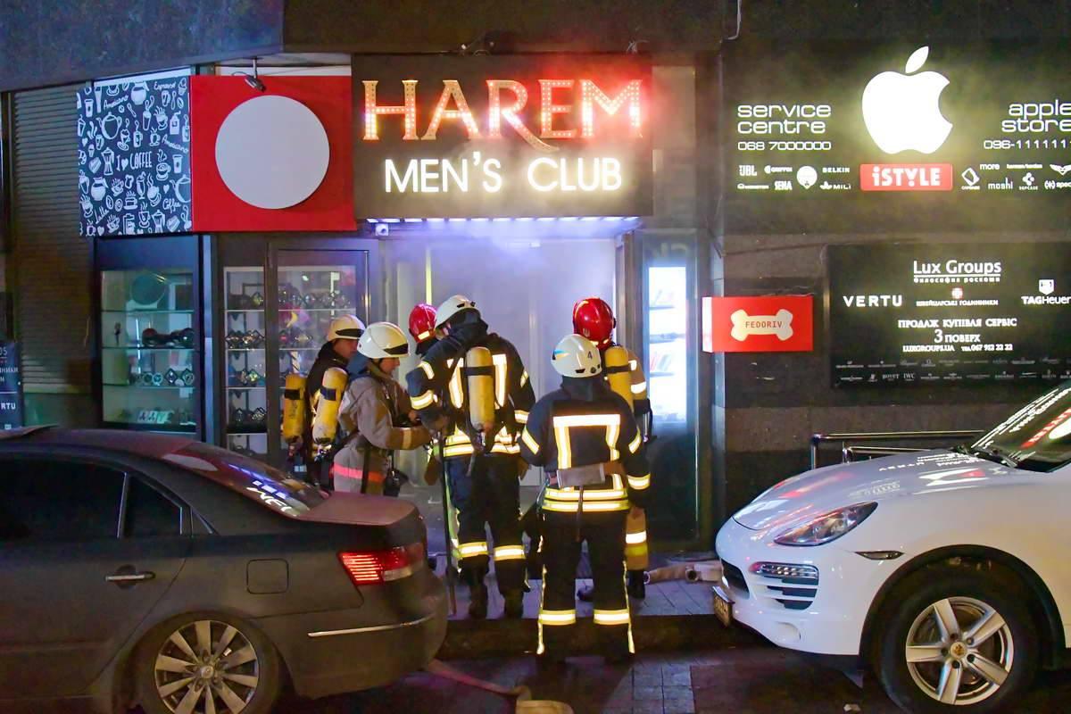 Вход в стрип-клуб был весь в дыму
