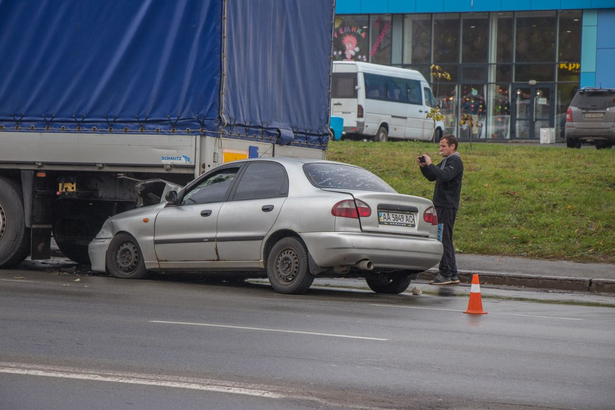 Машину на летней резине занесло на скользкой дороге