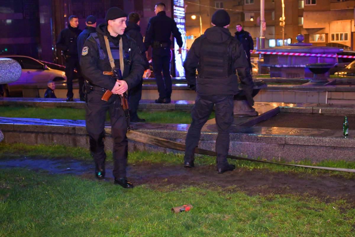 Полиция оцепила территорию вокруг стриптиз-клуба
