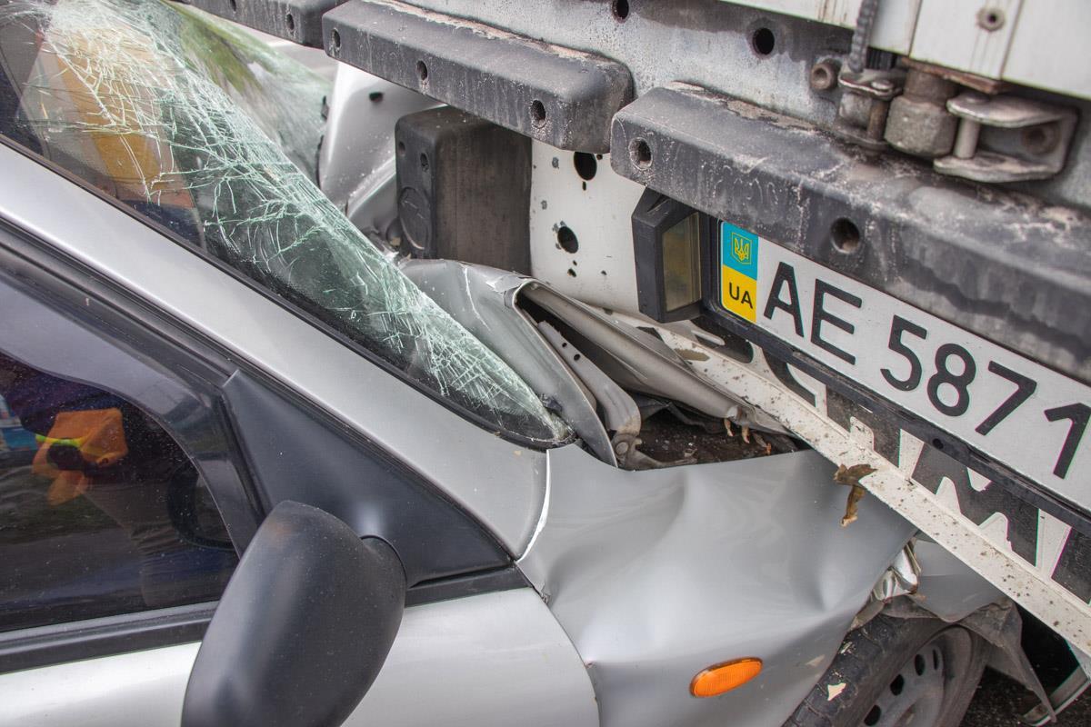 Передняя часть легкового авто практически полностью вошла под грузовик