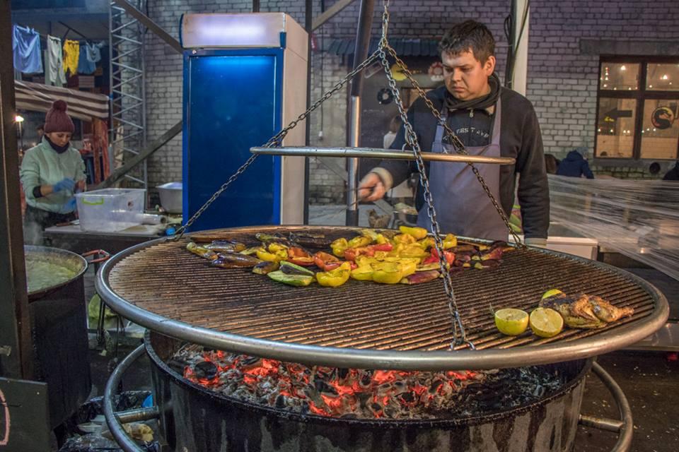 Мужчина готовит овощи на гриле