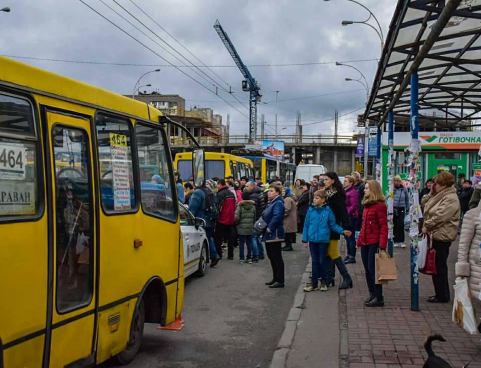 На остановке общественного транспорта под колеса маршрутки попали три человека