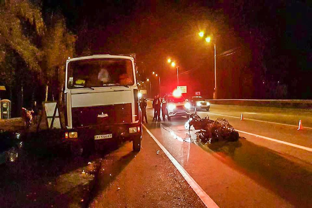 МАЗ был припаркован у обочины, когда в него врезался мотоцикл