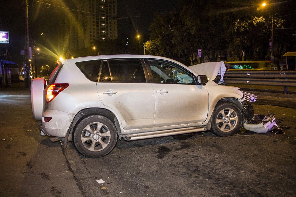 На улице Гната Хоткевича Toyota RAV4 врезалась в МАN