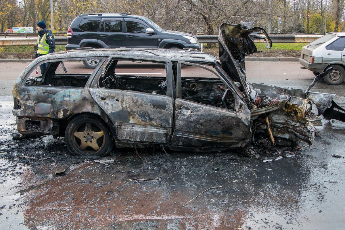 Причиной аварии могло стать лопнувшее колесо