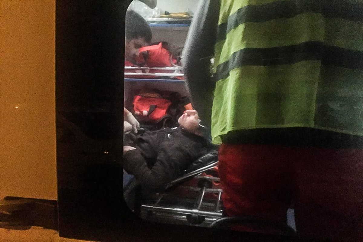 """Один из задержанный потерял сознание. До приезда """"скорой"""" первую помощь ему оказывали полицейские"""