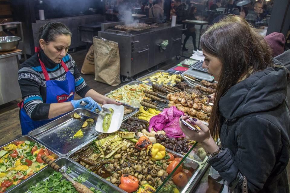 Повара представляли много различной вкусной еды