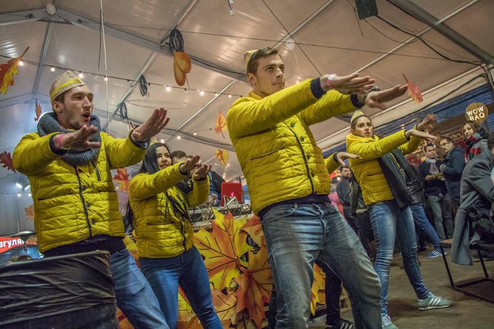 """""""Зажигалочки"""" вечера. Продавцы исполнили жаркие танцы для гостей фестиваля."""