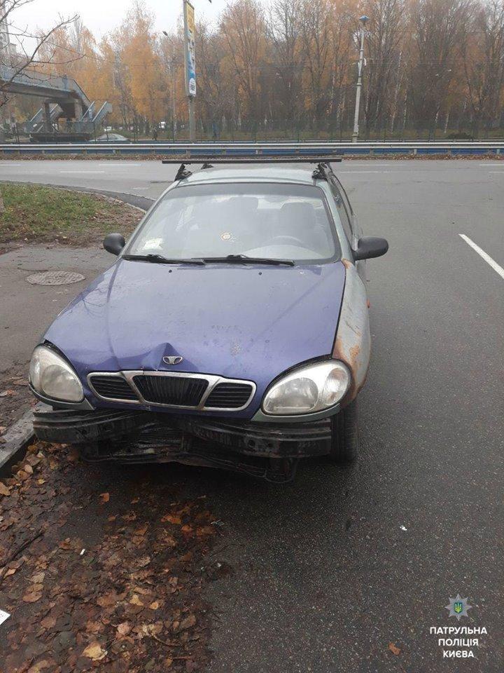 Угонщик бросил автомобиль после того, как врезался на нем в дорожный знак