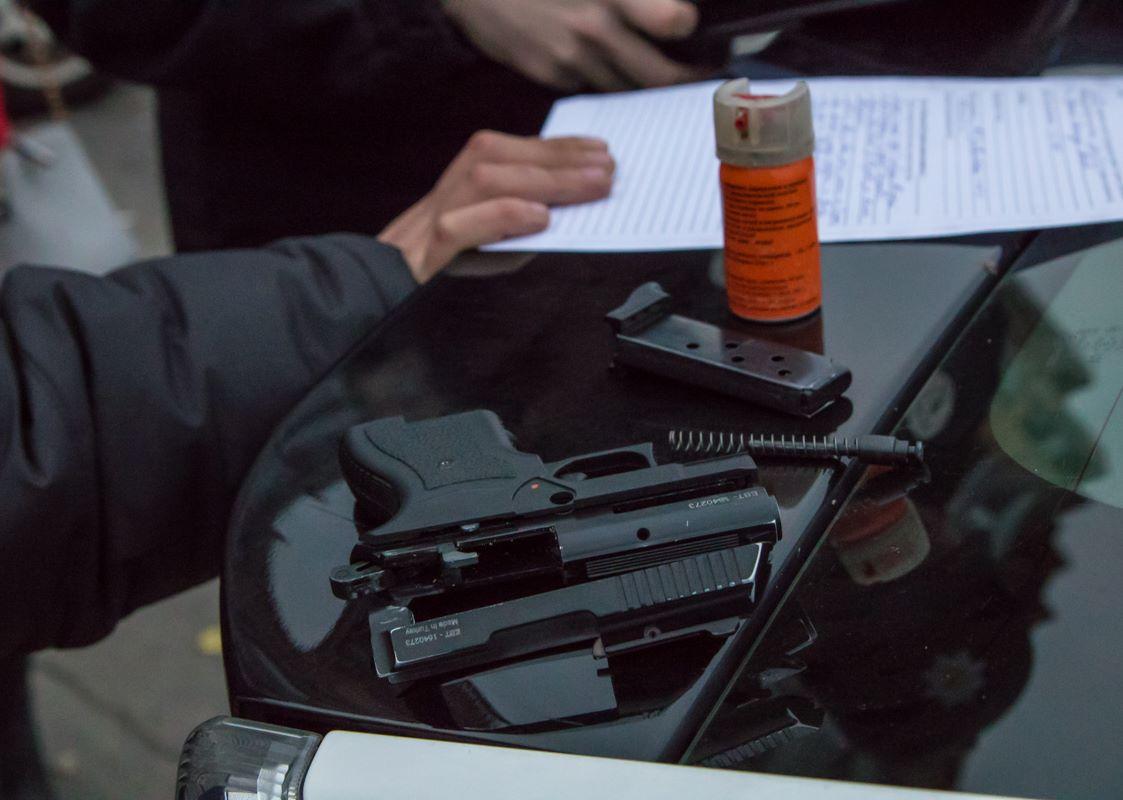 У нарушителя изъяли газовый балончик и пистолет