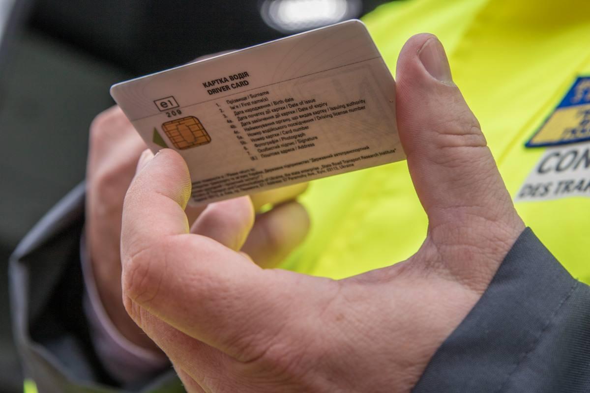 На таких карточках водители отмечают время езды, простоя и отдыха