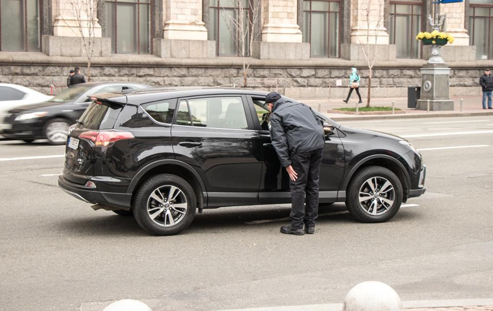 Водителей спрашивают куда они едут и просят открыть багажник