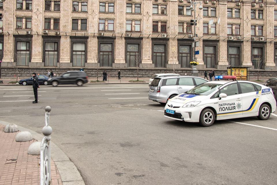 На въезде в Правительственный квартал патрульные проверяют машины