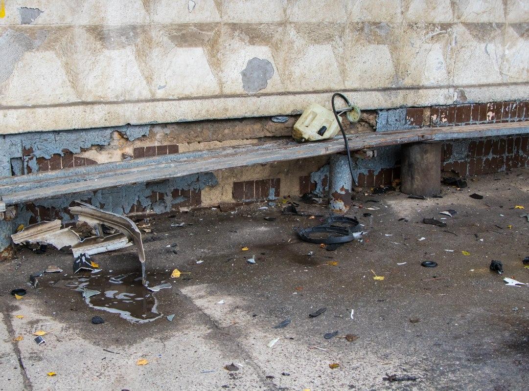 Некоторые части машины бросило на остановку