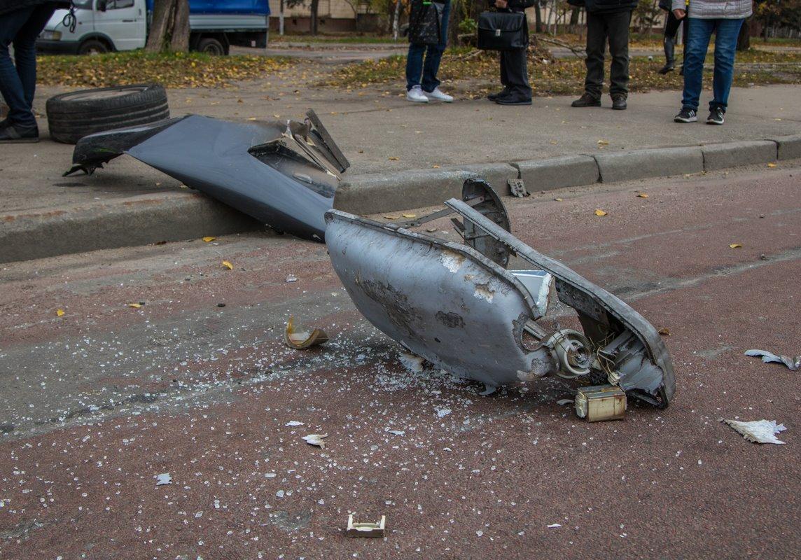 Части машины разлетелись по дороге