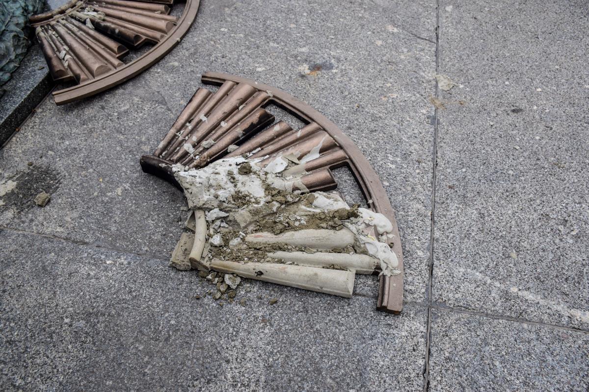 Для очистки памятника пришлось разбирать конструкцию