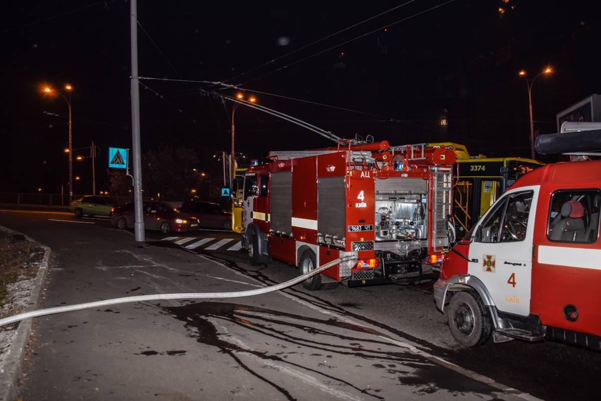 Тушить пожар прибыли 2 пожарных машины