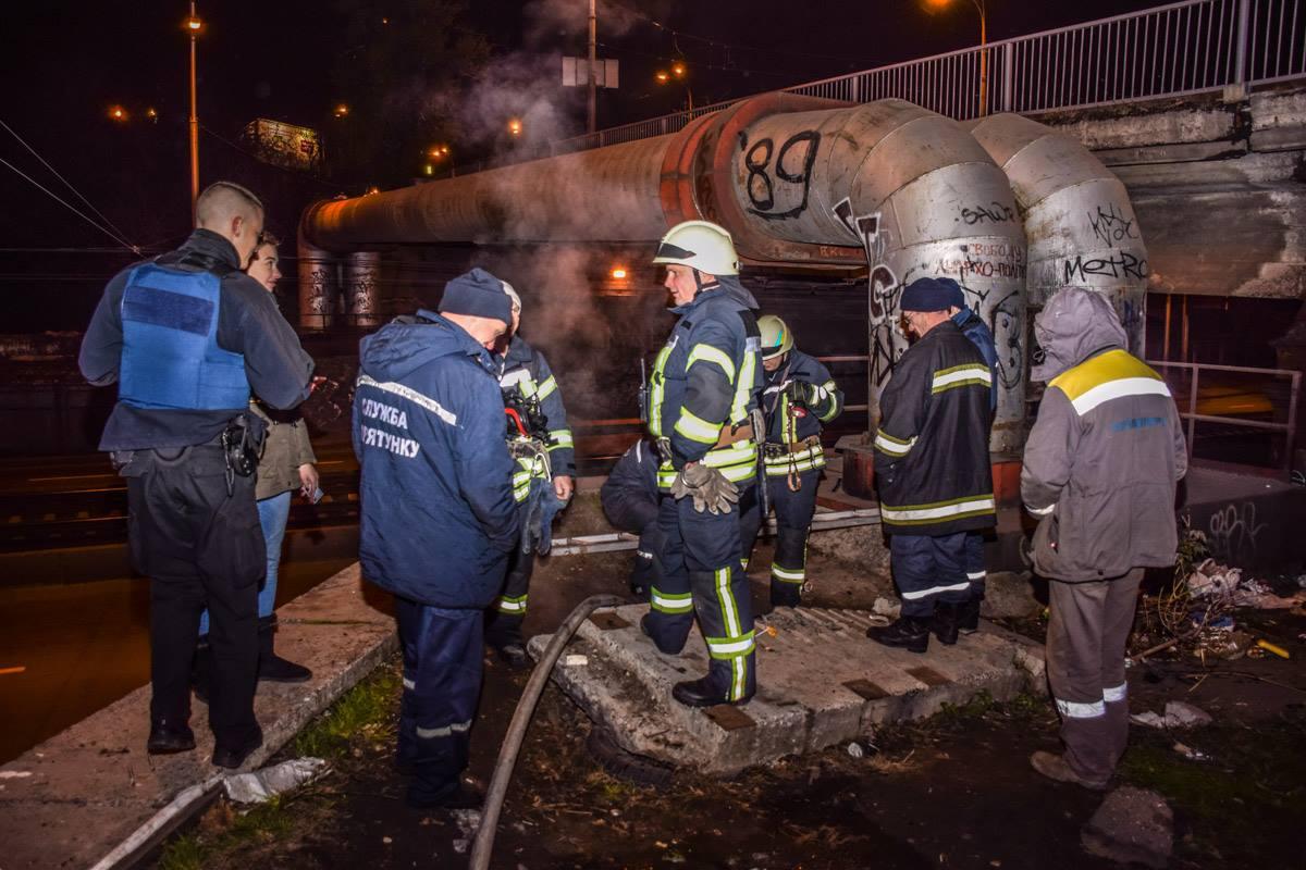 Одному из пожарных пришлось опуститься в люк, чтобы локализировать возгорание