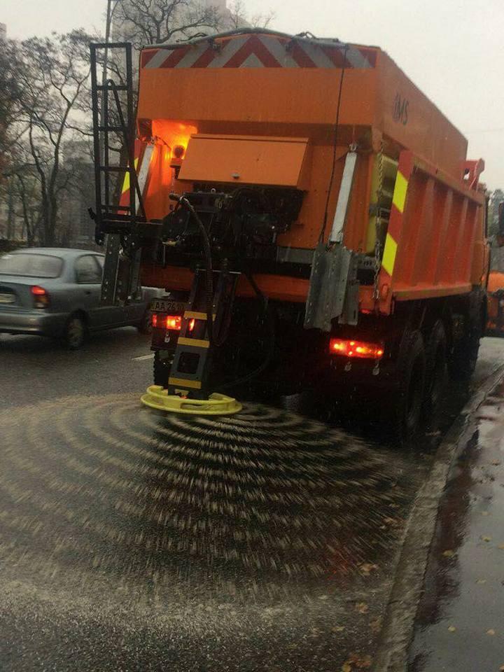 И-за выпавшего снега, коммунальщики посыпают дороги солью