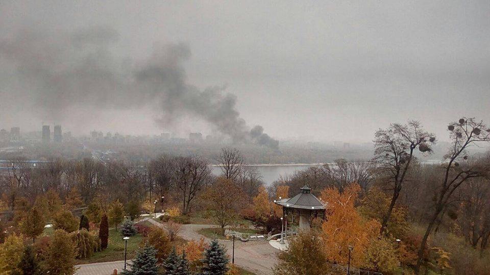 Пожар видно с правого берега Киева. Фото: очевидцы