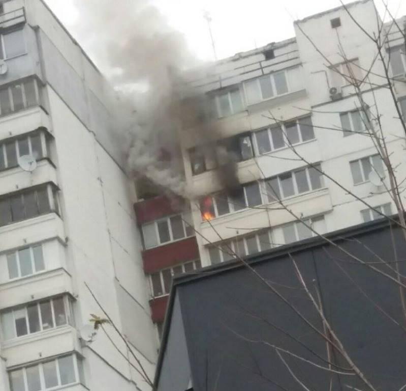 На улице Ревуцкого, 19/1 горел балкон на 14 этаже жилого дома